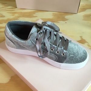 🆕 JustFab Giannah 6.5 Grey Sneakers NWOT NIB
